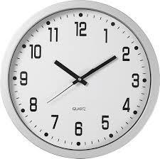 reloj blanco con agujas negras