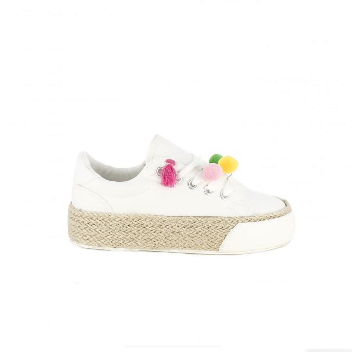 colección de zapatos de primavera / zapatillas lona chika10 blancas con pompones de colores