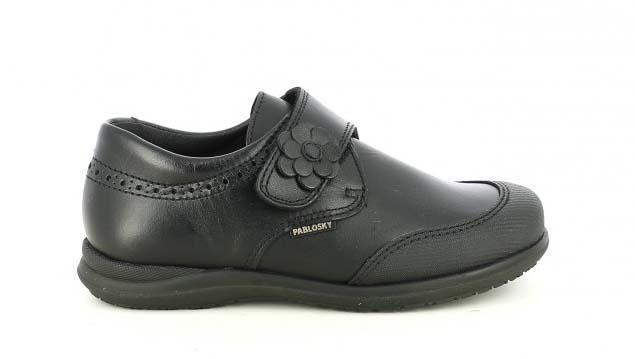 zapatos pablosky negros con una flor y velcro